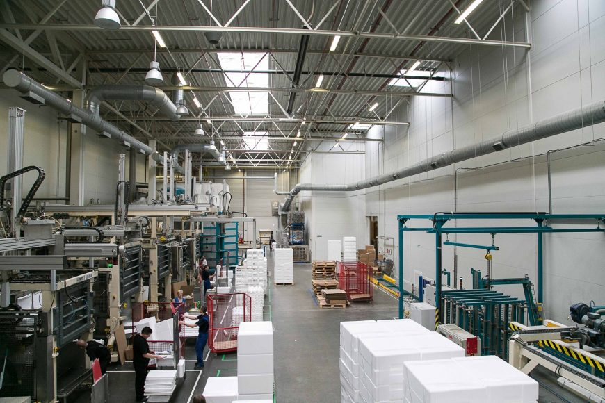 wnętrze fabryki, opakowania styropianowe
